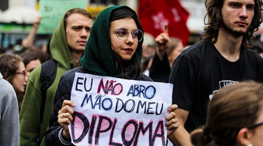 [Jair Bolsonaro corta mais 2.274 bolsas de pesquisa]