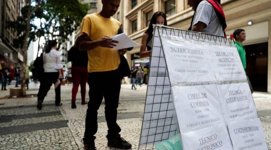 [Brasileiros aceitam tudo para garantir a renda]